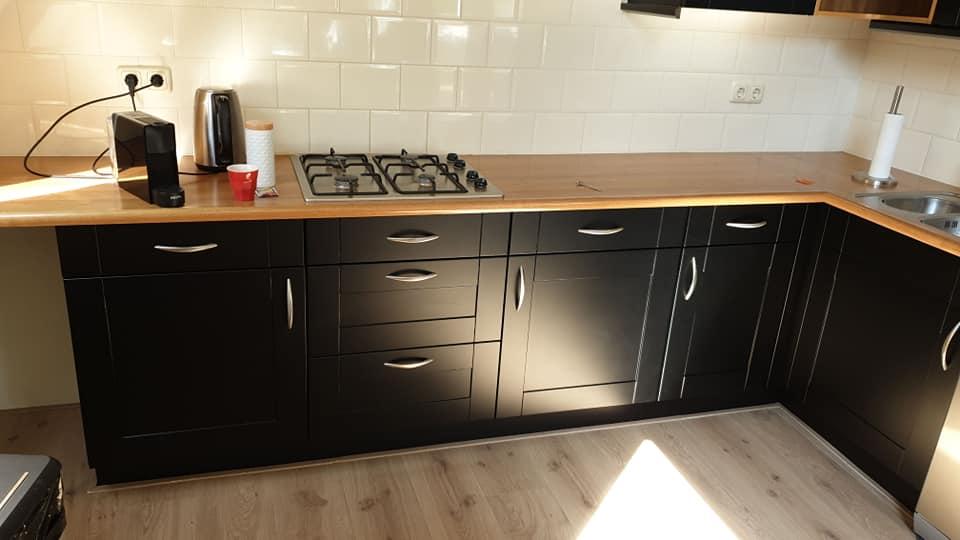 Spuitwerk zwarte keuken Workum