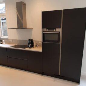 Vandaag een keuken update afgerond in Harlingen .Een hout- look keuken mat zwart overgespoten. Heel ander gezicht